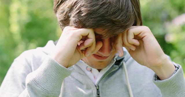 Відчуття стороннього тіла в оці: як витягнути смітинку, що робити, якщо не прибирається