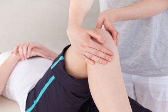 Біль в коліні збоку з зовнішньої сторони: основні причини, лікування, супутні симптоми