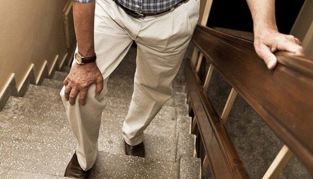 Біль в коліні при ходьбі по сходах: чому виникає, діагностика, як лікувати