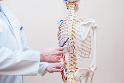 Симптоми і ознаки грудного остеохондрозу у жінок, методи лікування