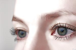 В оці ніби щось заважає, причини постійного відчуття дискомфорту