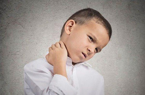 біль в шиї у дитини