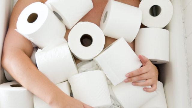 Кал грудочками у дорослого білого, темного кольору: причини і лікування