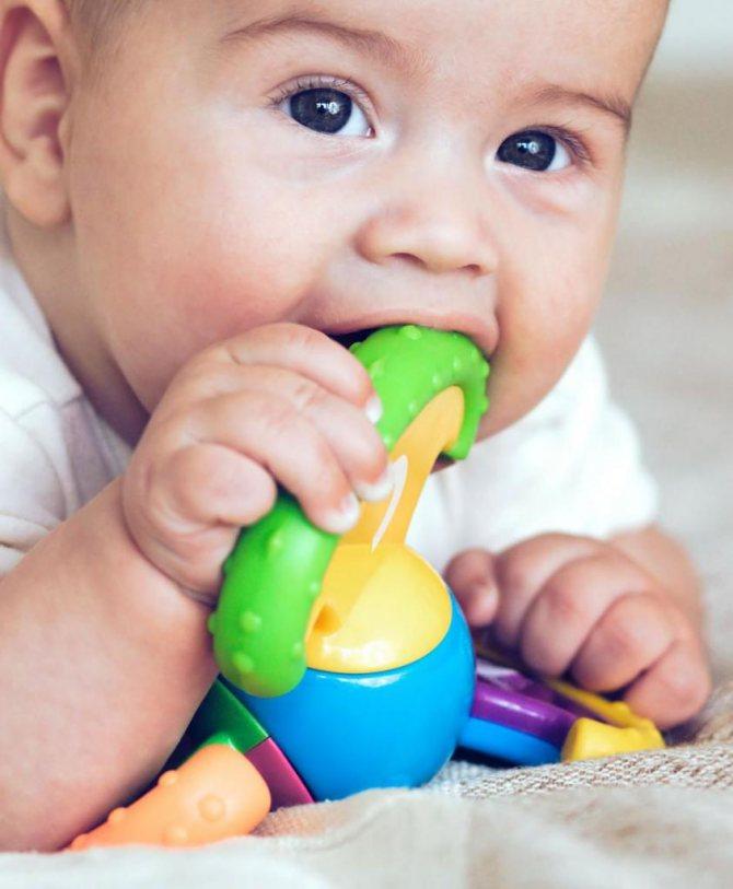 Чим протирати мову новонародженому від молочниці