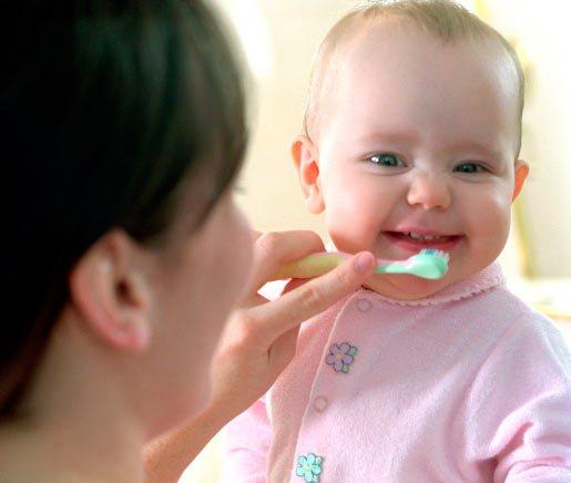 Чищення зубів немовляті