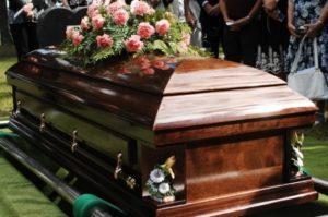 Які виплати покладено після смерті пенсіонера: виплата допомоги на поховання родичам