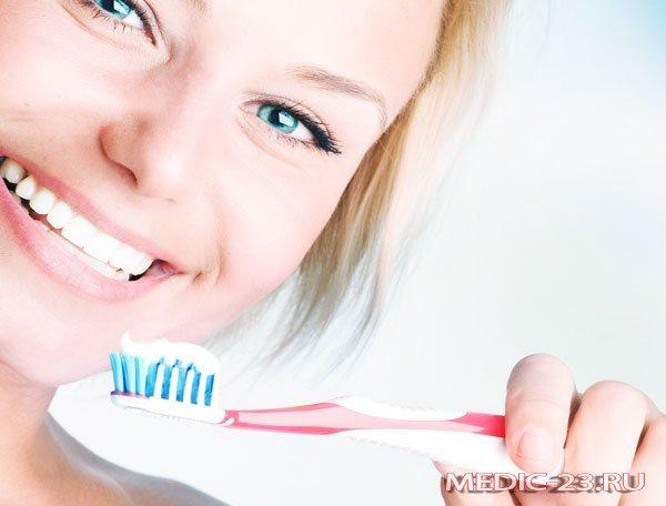 Дівчина чистить зуби