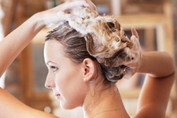 дівчина миє волосся
