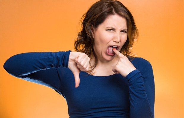 Дівчина показує неприязнь до гіркого присмаку в роті