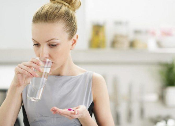 Дівчина приймає прописані препарати для схуднення
