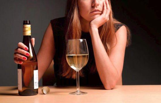 Дівчина з пляшкою вина