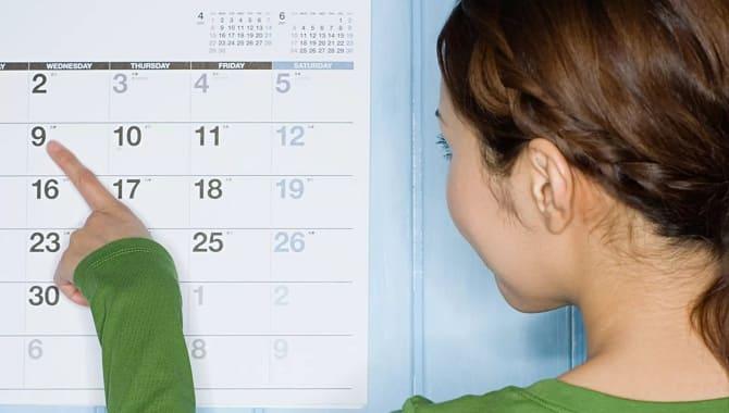 Дівчина дивиться в календар