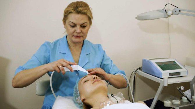 Дівчина у косметолога
