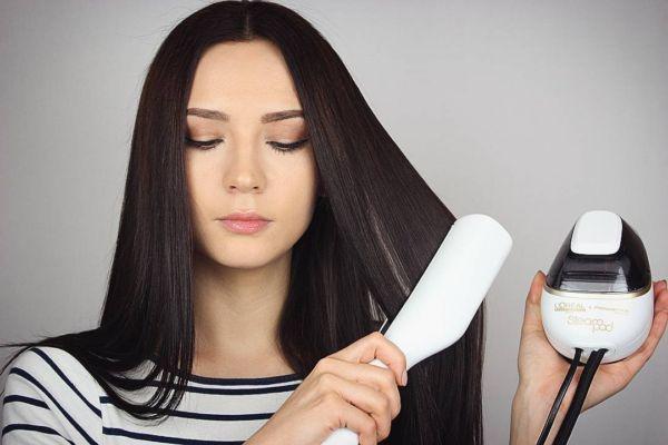 Дівчина випрямляє волосся