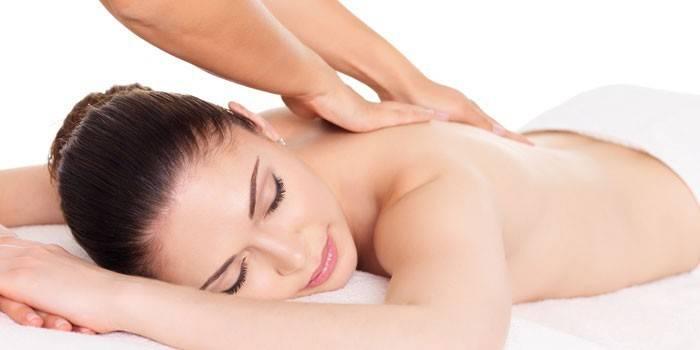 Дівчині роблять масаж