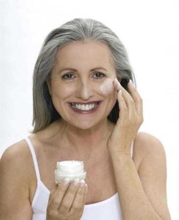 Старечі плями на шкірі: фото, причини пігментних вікових вад на обличчі і руках