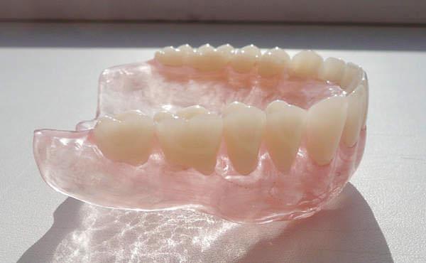 Де можна поставити протези зубні недорого