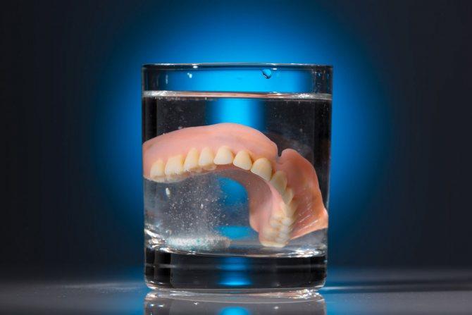 Як і чим чистити пластмасові зубні протези від темного нальоту в домашніх умовах. огляд засобів