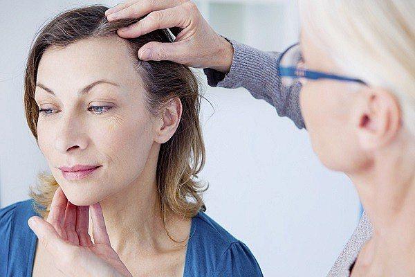 Як зміцнити волосся від випадання - у трихолога