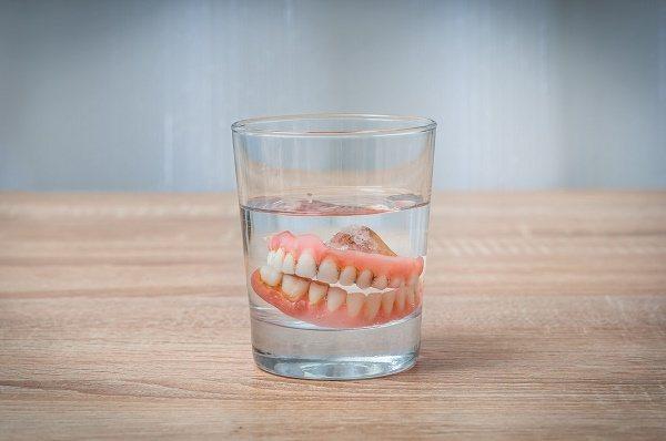 які зубні протези потрібно зберігати в воді