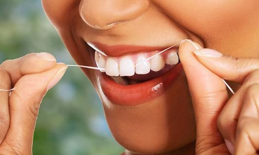 Коли краще використовувати зубну нитку: до або після чистки зубів щіткою?