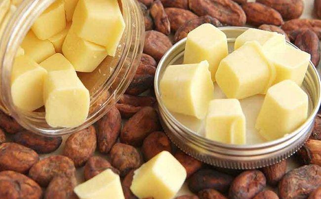 Шматочки масла какао на бобах