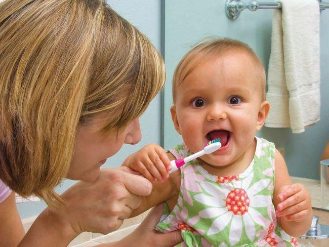 Мама чистить зуби дитині