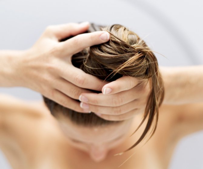 Масаж голови з маслом пачулі стимулює ріст волосся