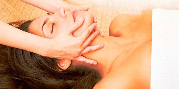 масаж обличчя жінці
