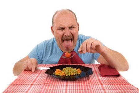 чоловік їсть їжу