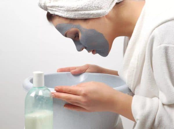 Нанесення маски для обличчя з муміє