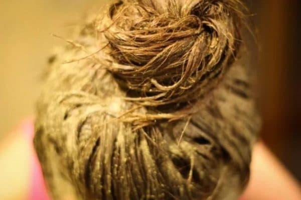 Нанесення маски для волосся на основі безбарвної хни