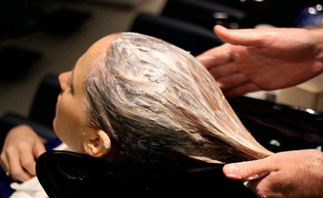 нанесення маски на волосся