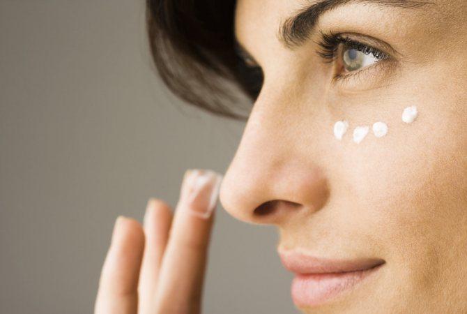 Нанесення мазі на обличчя