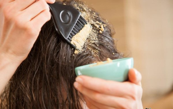 Народні засоби від випадіння волосся на голові з вітамінами, женьшенем, перцем, лавром, ромашкою, алое, гірчицею, олією, цибулею, нікотином