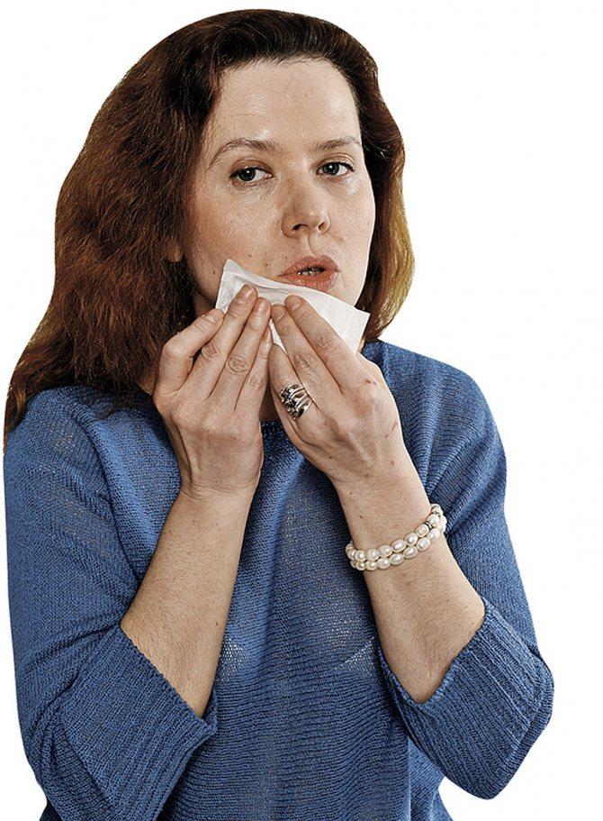 Наша Даша завдала крем на обличчя - але воно в підсумку лише заблищало, як у пластмасового пупса. Ніякого розгладжує ефекту! Фото: Михайло ФРОЛОВ