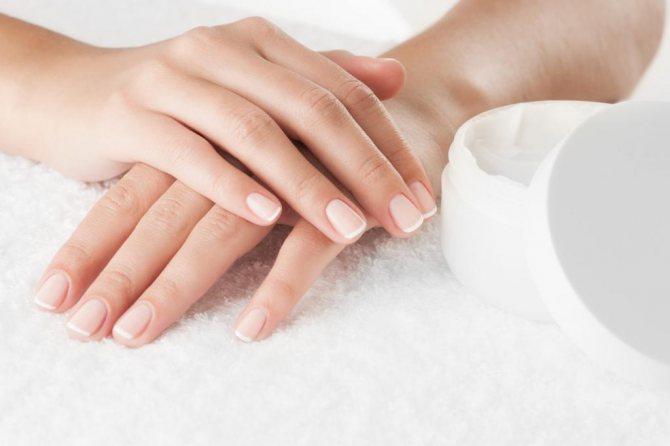 чому лущиться шкіра на руках