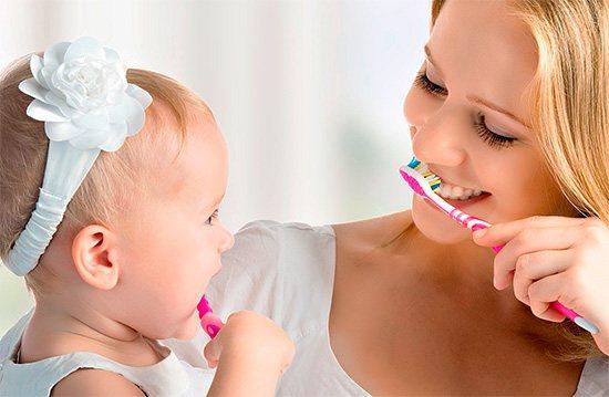 Привчати дітей чистити зуби корисно в ігровій формі, не примушуючи до цієї важливої процедури насильно.