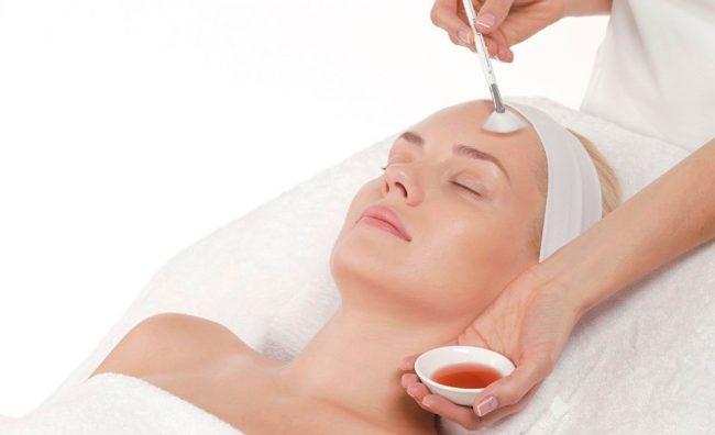 процедура нанесення бурштинової кислоти на обличчя