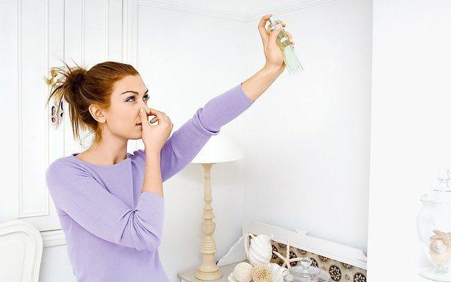 Розбризкування освіжувача в кімнаті