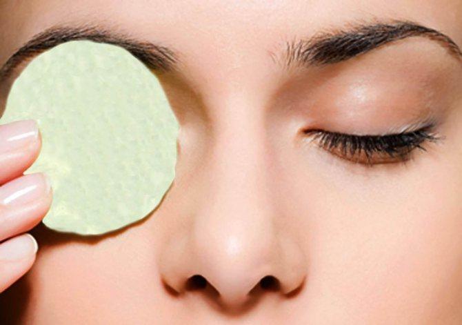 Регулярним застосуємо крохмальних масок для шкіри навколо очей можна домогтися ефекту розгладження перших зморшок