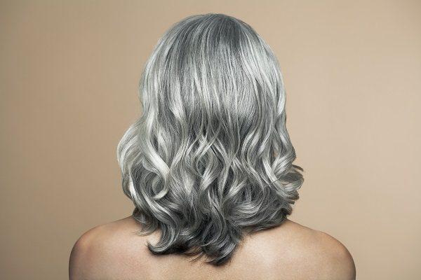 сиве волосся у жінки