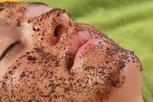 Скраб для особи з кавової макухи. Процедура кавового пілінгу для обличчя
