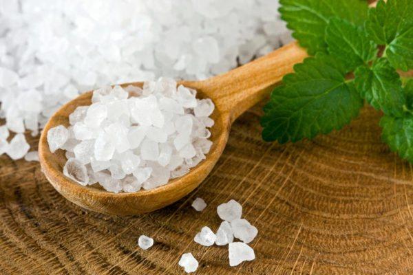Сіль містить більше 20 мінеральних речовин, які позитивно впливають на стан ясен і зміцнюють зубну емаль