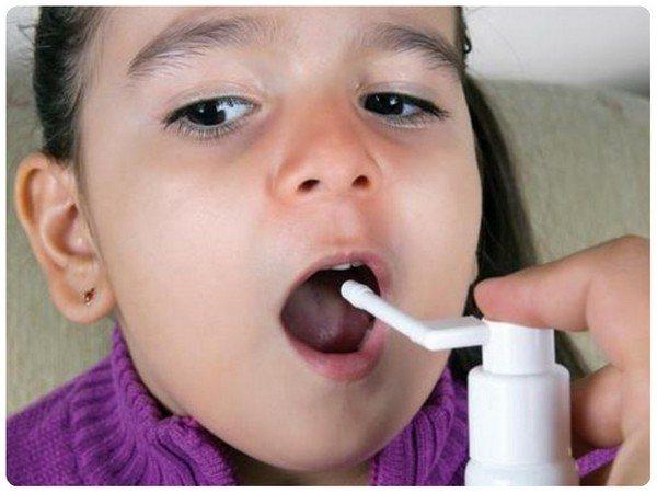 Спрей в горло дитині