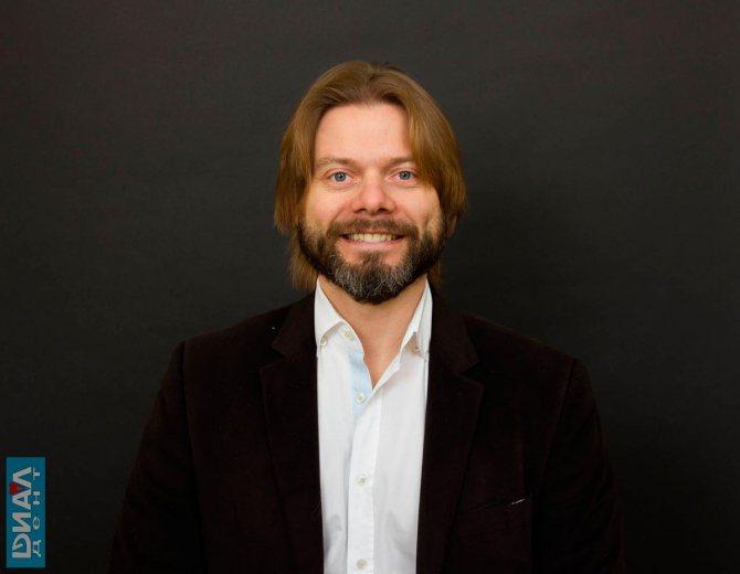 Стоматолог-ортопед С.В. Цукор - фахівець Диал-Дент по корекції ясенний посмішки.