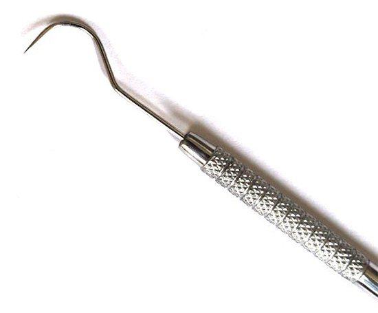 Стоматологічний зонд (на фото) широко використовується для діагностики прихованих вогнищ руйнування зуба.