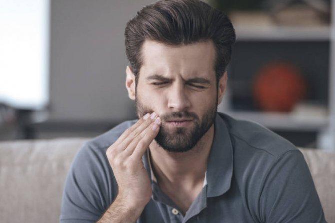 У чоловіка болить зуб