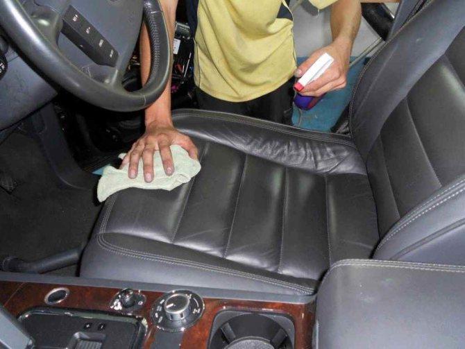 Прибирання в салоні автомобіля