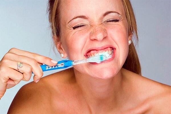 Чи зручно використовувати зубний порошок для відбілювання